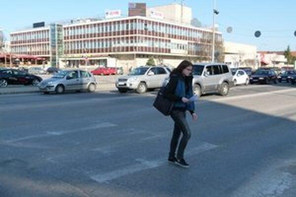 Križovatka na Ulici Československej armády. Počas dňa tadiaľto prejde obrovské množstvo áut.