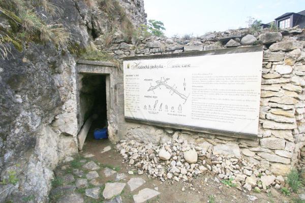Jedna zpodzemných ciest mala viesť až popod Belú. Vstredoveku slúžili chodby ako únikové cesty pred nebezpečenstvom.