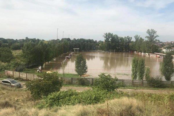 Smutný pohľad na futbalové ihrisko.