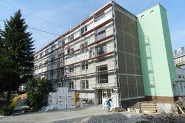 Mesto má s renováciou budovy problémy.