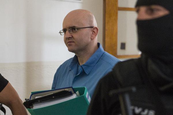 Miroslava M. eskortovali do súdnej siene za veľmi prísnych bezpečnostných opatrení - viacerých kukláčov zo Zboru väzenskej a justičnej stráže.