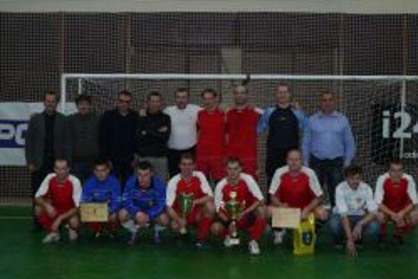 Víťazom turnaja sa stal N. Blatnica. Na fotografii spoločne s predstaviteľmi SFZ.