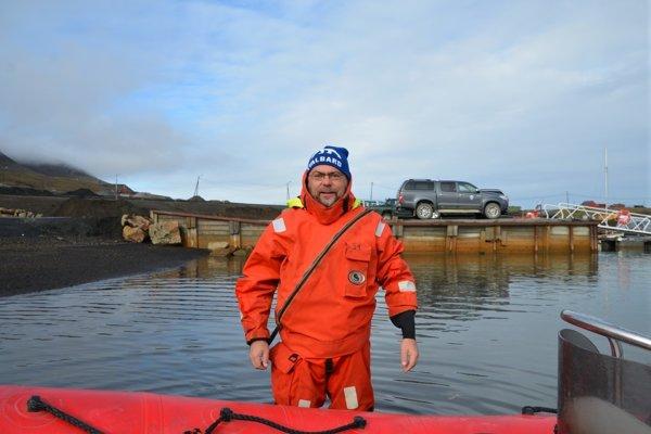 Martin Bačkor pred cestou na lodi smerom k arktickej stanici. Posádka si musela obliecť špeciálne obleky.