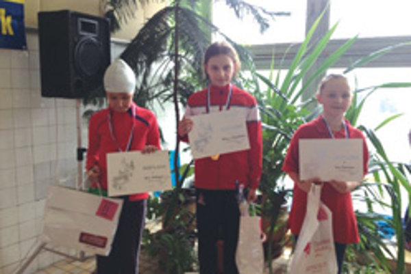 Viktória Železníková (v strede) si v Trnave vyplávala štyri zlaté medaily.