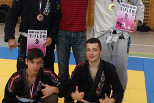 Horný rad zľava: Branislav Chudý (bronz), Štefan Hupka (tréner BJJ revolution team/STC BJJ Team) a Róbert Matušík (zlato). Dolný rad zľava: Róbert Grežďo (bronz) a Lukáš Ohanka.