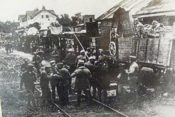 Príchod vojakov na levickú železničnú stanicu po vyhlásení 1. ČSR.
