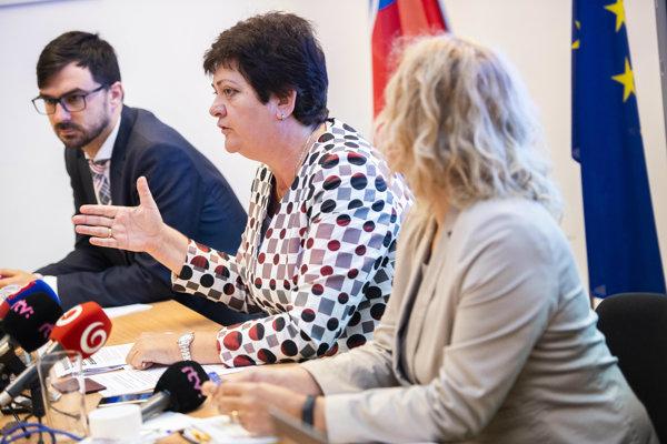 Verejná ochrankyňa práv Mária Patakyová (uprostred).