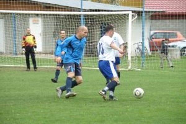 Futbalisti D. Marikovej (v bielom) zdolali doma Bolešov.