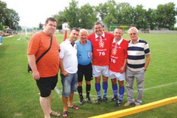 Zľava: Michal Urda, Martin Soboňa, rozhodca československej ligy Randa, Michal Kica, Viktor Kríž a Daniel Virdzek.