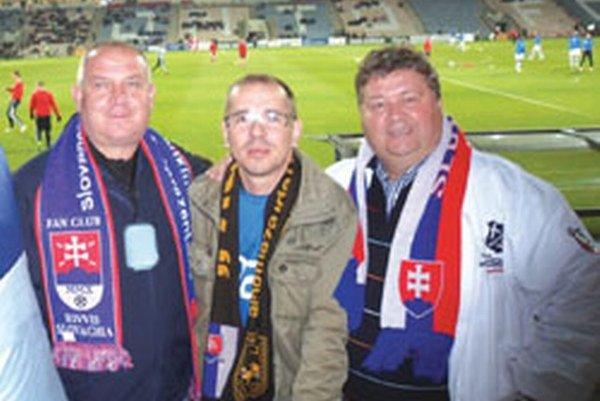 Zľava Pavol Šípoš, predseda ObFZ Topoľčany, v strede Roman Táborský, šéf Fanklubu Slovenskej futbalovej reprezentácie, vpravo starosta Solčian Juraj Soboňa.