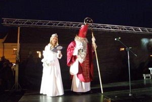 Vianočný stromček zapálil Mikuláš so snehovou kráľovnou