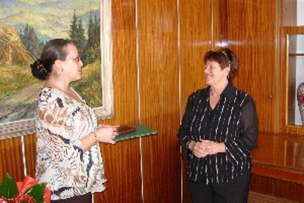 Ocenenie prevzala Eva Mališová (vpravo) z rúk Márie Mrižovej.