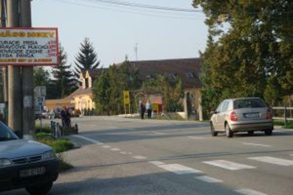 Cez Preseľany prechádza cesta 1. triedy. Pre obyvateľov predstavuje nebezpečenstvo.