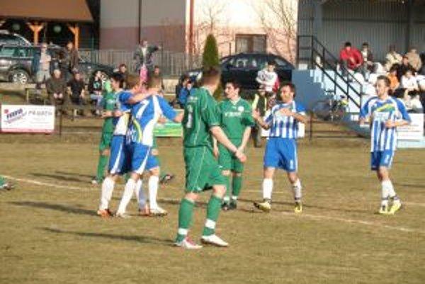 Levičania (v modrobielom) sa tešia z víťazného gólu v Domaniži.