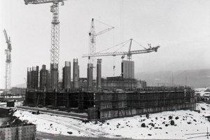 5. február 1986. Pohľad na základy strojovne, kde budú už montovať oceľovú konštrukciu. V tomto roku chcú dosiahnuť stavebnú pripravenosť na montáž 125 tonového žeriavu a osadenie kondenzátora prvého turbosústroja.