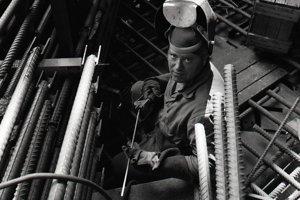 16. jún 1988. Ladislav Vavro z Hydrostavu OZ Mochovce zvára armatúru stropu šachty reaktora