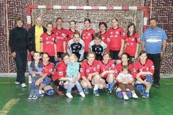 Leonid Ratner (v hornom rade druhý zľava) na spoločnej fotke s družstvom ŠKP Topoľčany.