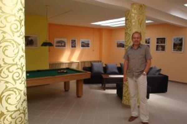 Zrekonštruovaný klub mladých stál obec 10 tisíc eur. Prispeli aj sponzori. Na fotografii kontrolór obce Otto Hodál.