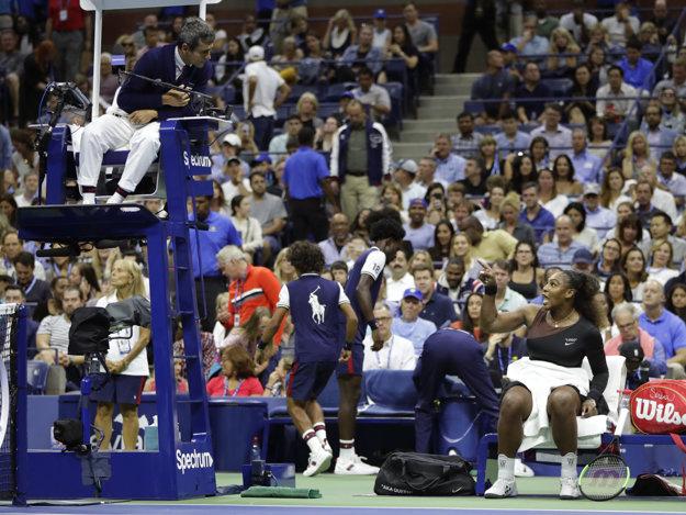 Serena Williamsová (vpravo) sa prakticky počas celého druhého setu hádala s rozhodcom Carlosom Ramosom.