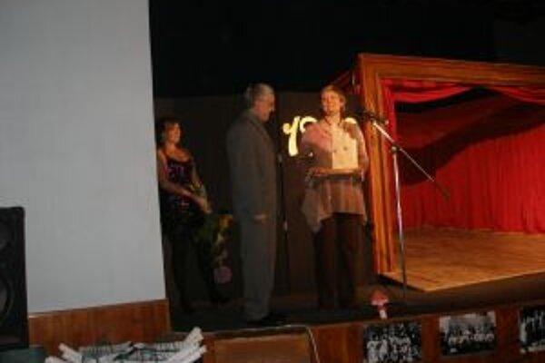 Ocenenie Krídlo s deskou prevzal Stanislav Štepka z rúk Márie Escherovej.