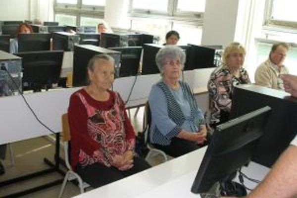Niektorí zo seniorov sa s počítačmi na kurze stretli prvý raz.
