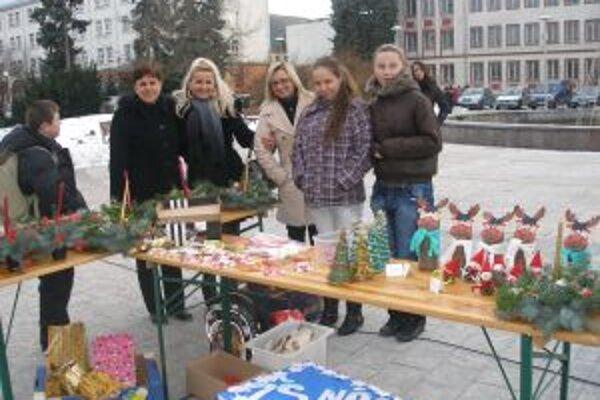 Vianočný tovar predávali aj žiačky zo ZŠ Nádražná.