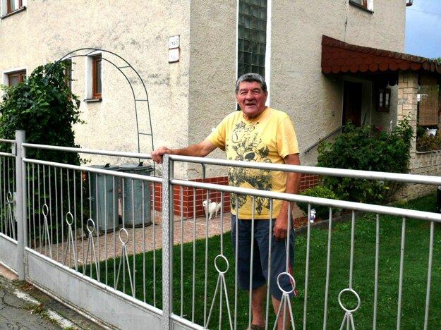 Priekopčan Eugen Valko hovorí, že hluk aprach je to najmenej, horšie je, že na domoch múry praskajú.