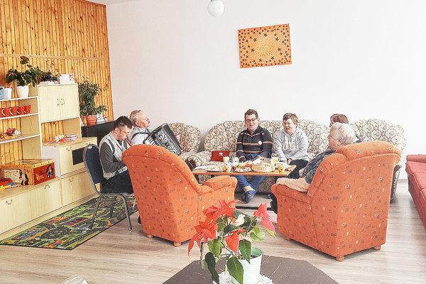 Príjemné posedenie klientov pri hudbe v peknej miestnosti sta-cionára.