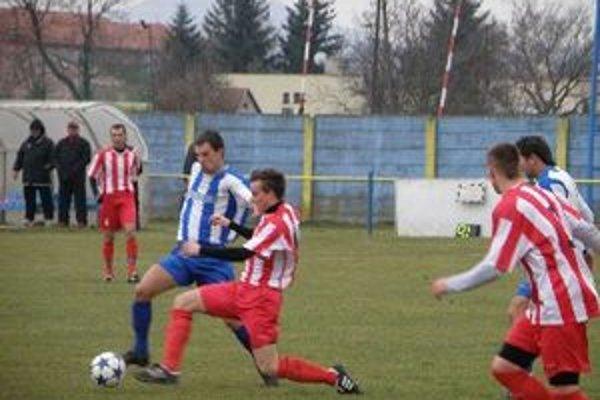 Jozef Čertík (v modrom) strelil druhý gól Ludaníc.