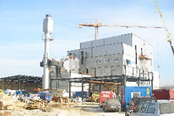 Dnes je na stavbe plno strojov aj robotníkov. Termín by však mali stihnúť.