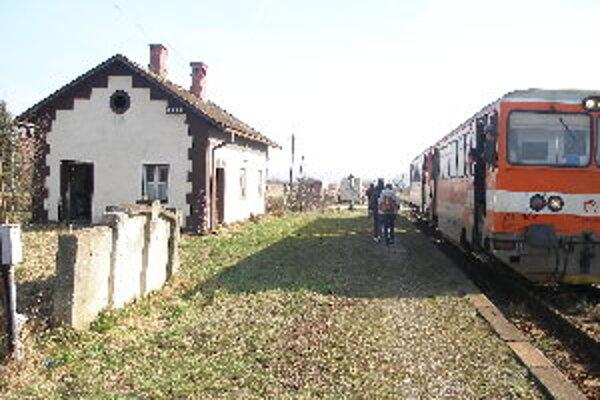 Na trati Chynorany – Trenčín ubudne od 1. mája  deväť spojov.