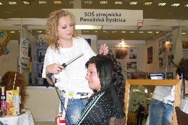 V stánku SOŠ Tovarnícka si mohli nechať návštevníci výstavy Mladý tvorca upraviť vlasy.