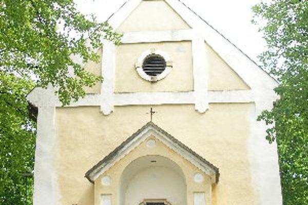 Najstaršou budovou v Otrhánkach je kostol z 12. storočia.