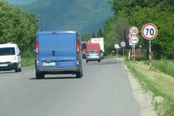 Na cestu pred Turanmi často vychádzajú z poľa stavbári.