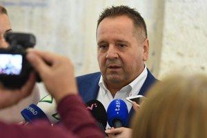 Na snímke kandidát na primátora mesta Poprad Anton Danko počas brífingu vo vestibule Mestského úradu v Poprade.