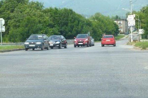 Z jedného pruhu si vodiči urobia dva. Stáva sa to aj na križovatke pri martinskom slimáku.