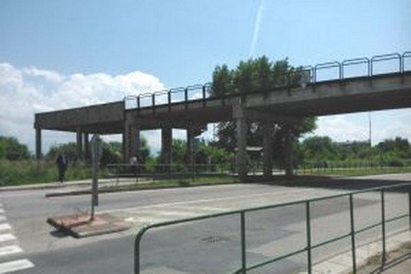 Most, čo nikam nevedie.