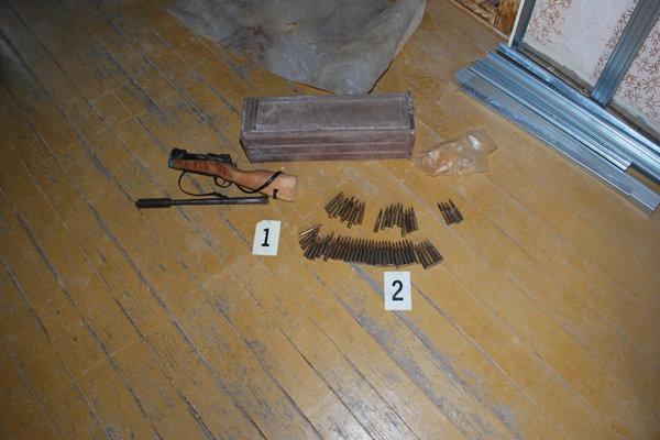 Puška a náboje ležali dôkladne skryté pod drevenou podlahou maštale.