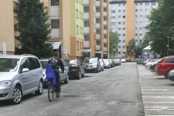 Táto ulica v Košútoch sa po prudkých dažďoch premení na veľkú kaluž.