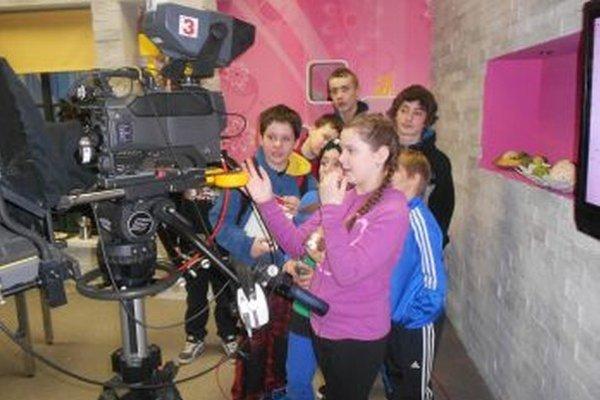Žiaci školy na návšteve verejnoprávnej televízie.