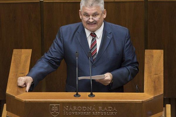 Novelu predstavil v parlamente minister práce a sociálnych vecí Ján Richter.