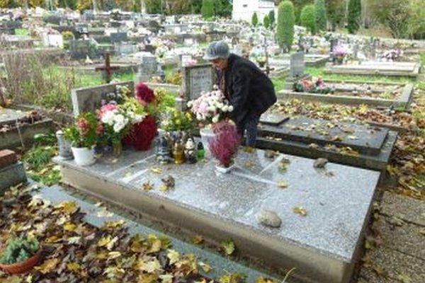 Starostlivá Martinčanka E. Húšťavová chodí na cintorín každý deň.