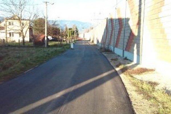 Popri Vrútockej ceste v Sučanoch vedie protihluková stena.