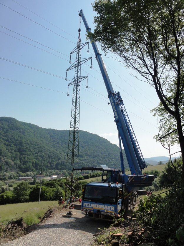 Práce na vysokých oceľových stožiaroch zaujali miestnych aj okoloidúcich.