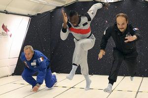 Osemnásobný olympijský víťaz Jamajčan Usain Bolt (uprostred) a jeho dvaja súperi.