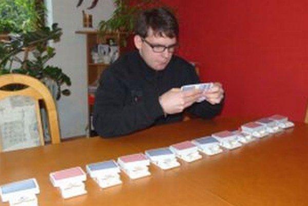 Milan sa učí poradie kariet v balíčkoch.