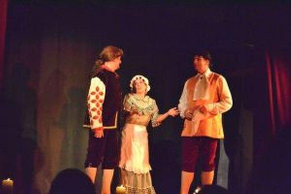 Na snímke zľava Milan Bartoš ako Valerio, Marita v podaní Dášky Kalnickej a Pavol Fabro ako Federico.