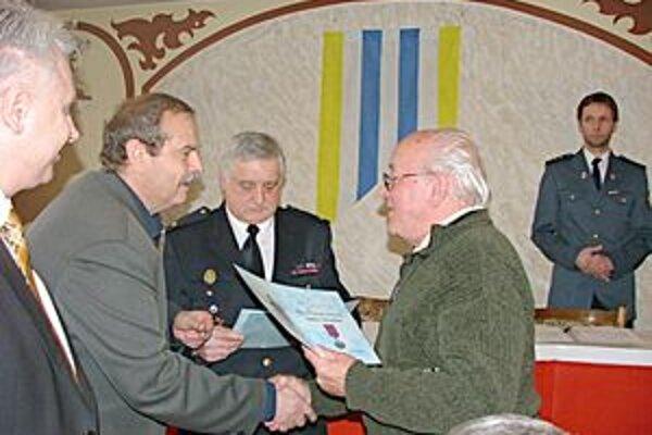 Emil Weserle dostal diplom za 50-ročnú vernosť .