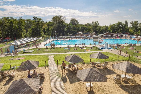 V plaveckých bazénoch na kúpalisku Margita - Ilona dosahuje voda teplotu okolo 24 stupňov.