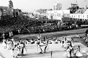 Prvé vystúpenie SĽUK-u pod Zvolenským zámkom v roku 1949.